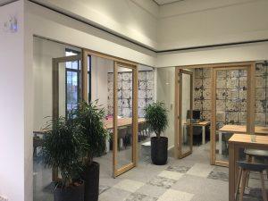 Glazen binnenwanden met houten toegangsdeuren | Bestisol Harderwijk